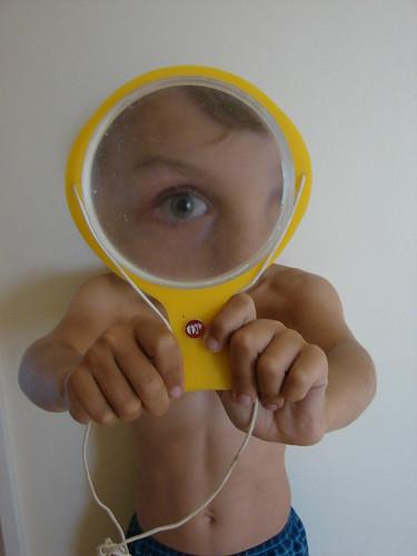 有黄色放大镜的男孩