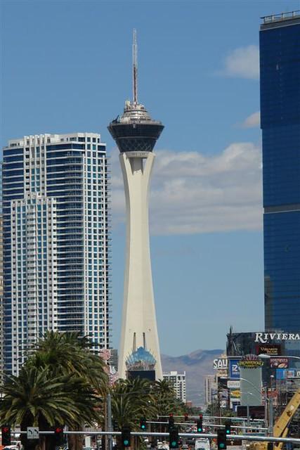 La torre más alta de nevada es el casino Stratosphere, que cuenta con un parque temático en lo alto, siendo el más alto del mundo. Qué ver y hacer en Las Vegas, curiosidades y lugares a NO perderse - 5523466162 0b0139a9d6 z - Qué ver y hacer en Las Vegas, curiosidades y lugares a NO perderse