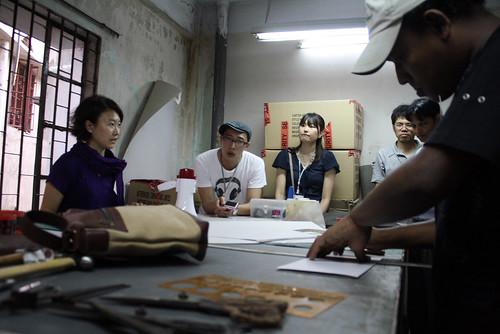 [マザーハウスのマトリゴール工場見学] サンプルのパターンを作る工程を後藤さんが解説