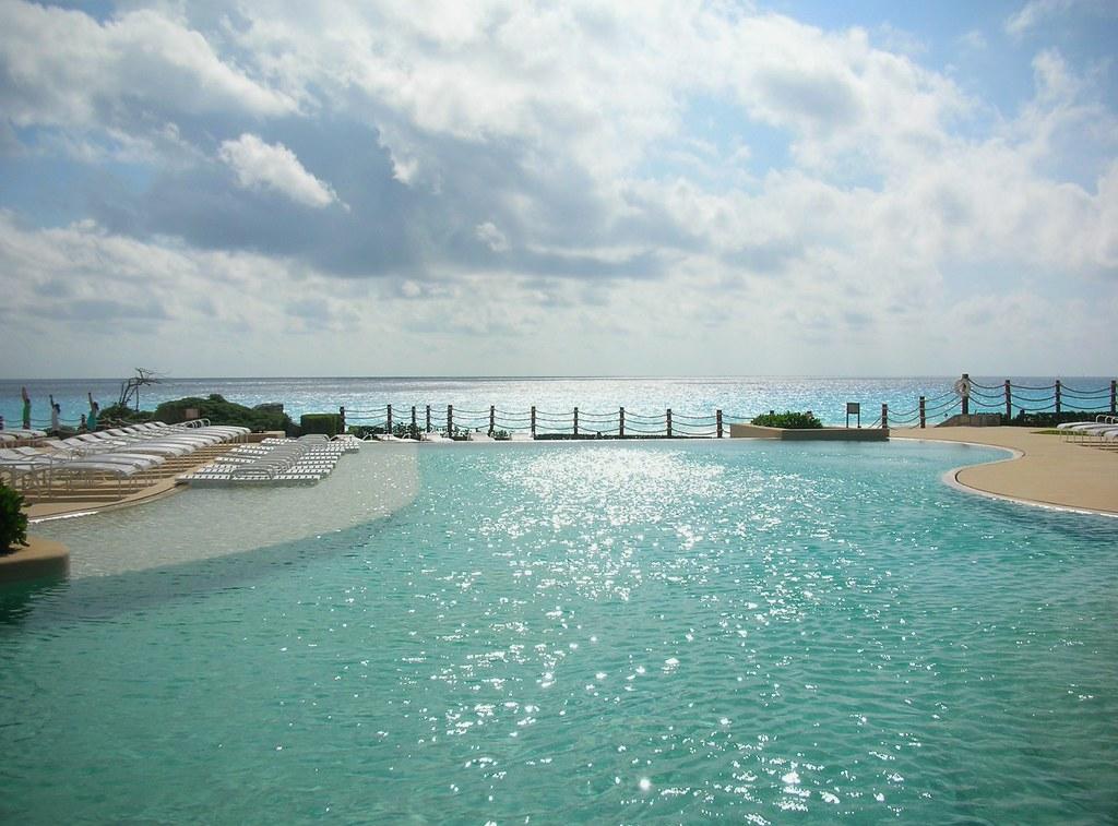 Piscina de estilo Infinity , Hotel Cancun Caribe