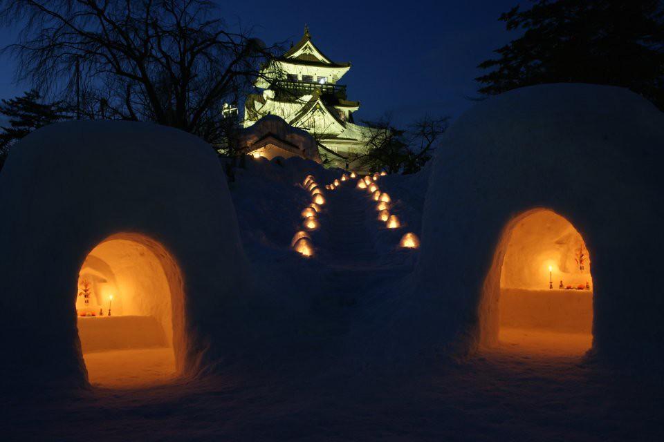 夜の闇に光る横手城とかまくら