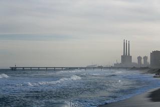 Imagen de Platja de l'Estació. sea chimney beach water skyline sand mediterranean waves catalonia pont badalona petroli