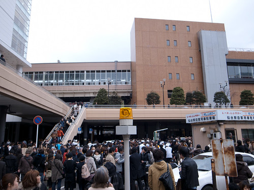 Sendai 1450+ : people gathered in front of the station