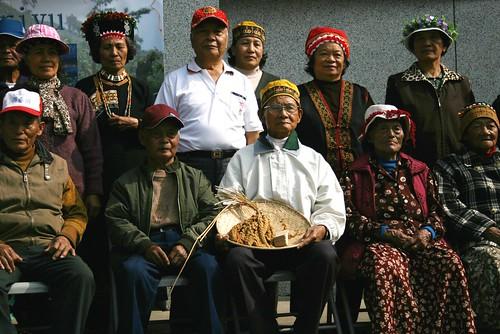屏東長治鄉久永屋阿禮部落耆老歡喜迎接小米種原。