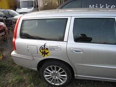 minivan(0.0), automobile(1.0), automotive exterior(1.0), sport utility vehicle(1.0), family car(1.0), vehicle(1.0), volvo v70(1.0), full-size car(1.0), bumper(1.0), land vehicle(1.0), luxury vehicle(1.0),