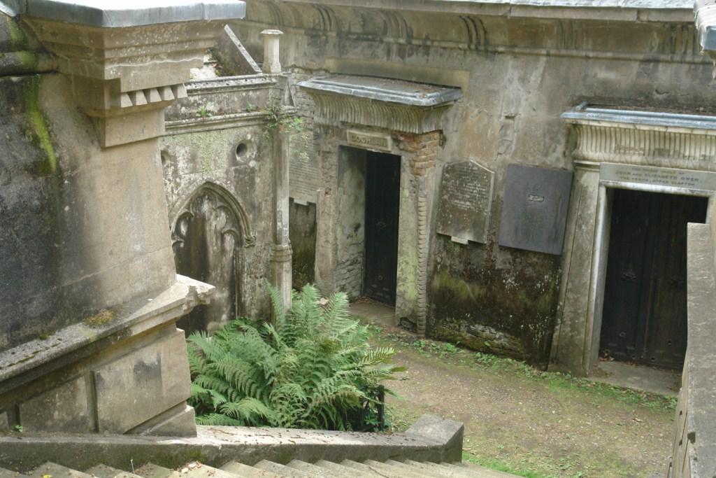 Panteones circulares bajo el gran árbol del cementerio en la avenida Egipcia highgate cemetery - 5517746926 0b2671bb92 o - Highgate Cemetery de Londres, donde a la muerte se le llama arte