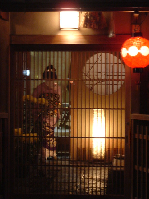 Geiko Mamesuzu getting into an ochaya
