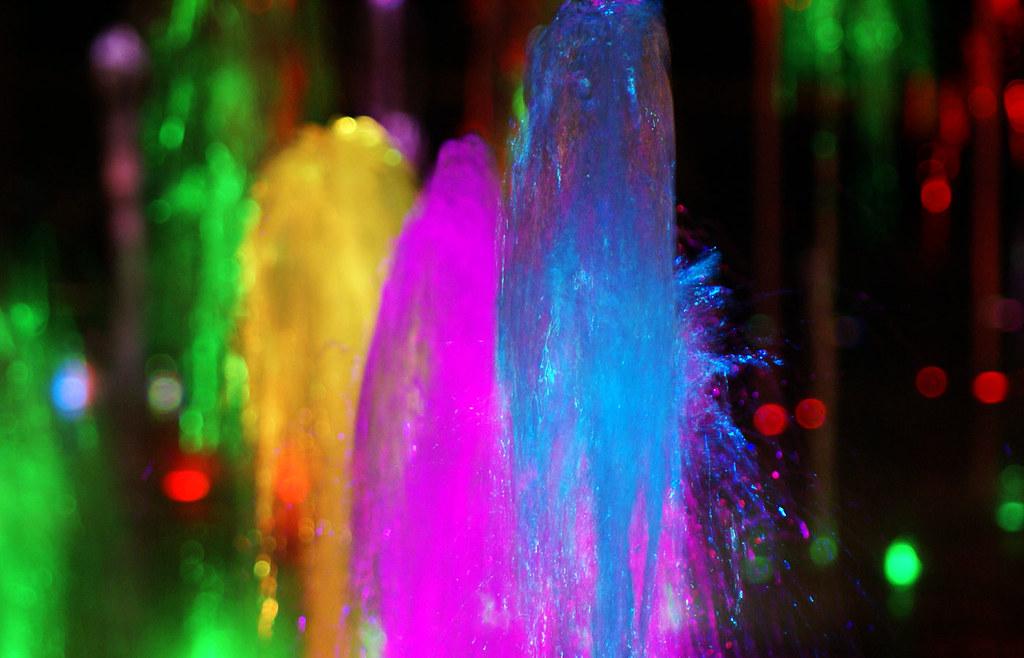 Agua - Fuentes con iluminación nocturna de colores en CTBA - Cuatro Torres Business Area - Madrid