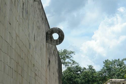 Juego de Pelota, un lugar con una arquitectura increíble, con una acústica al aire libre que hoy en día es difícil de explicar, las paredes devuelven los sonidos con un retardo de un segundo. [object object] - 5462079595 9dc7128b5d - Chichén Itzá, el gran vestigio de la civilización Maya