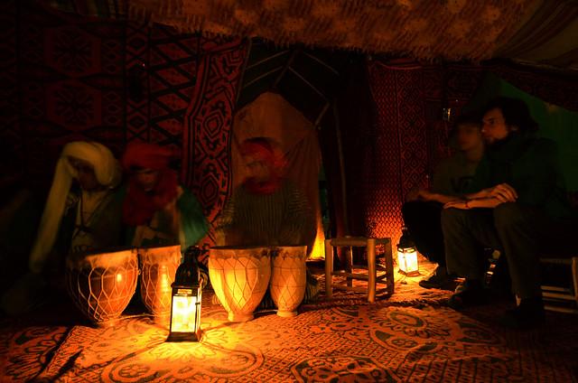 Fiesta en Marruecos de bereberes en el desierto