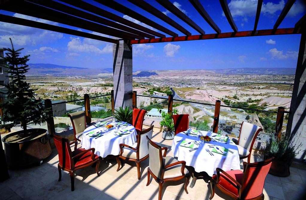 カッパドキアの風景を見下ろすCAVE RESORT AND SPAのレストランテラス席