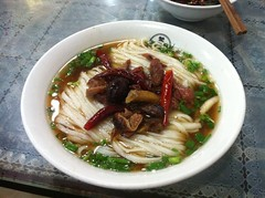 noodle(1.0), bãºn bã² huế(1.0), mi rebus(1.0), lamian(1.0), noodle soup(1.0), kuy teav(1.0), kalguksu(1.0), pho(1.0), food(1.0), beef noodle soup(1.0), dish(1.0), laksa(1.0), southeast asian food(1.0), soup(1.0), cuisine(1.0), nabemono(1.0),