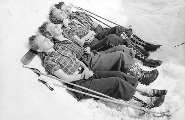 Unge damer i skiantrekk