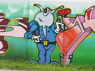 Graffiti von einem armen Lump in Dresden der als Weinhasser und Weiberhasser jedermann im Wege steht, der Brot esse will und Wasser trinkt bis er daran zugrunde geht 064