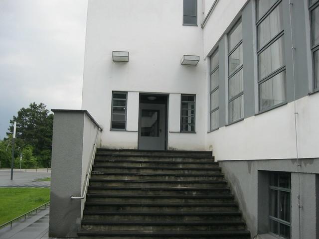 1925 26 dessau eingang atelier bauhaus mit treppe t r und leuchten von walter gropius. Black Bedroom Furniture Sets. Home Design Ideas