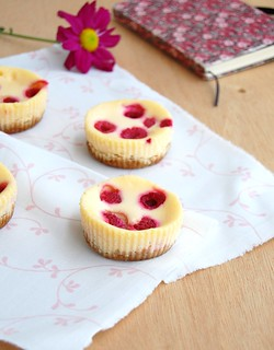 Mini raspberry cheesecakes / Mini cheesecakes de framboesa