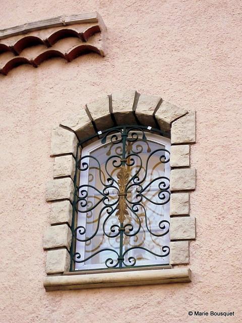Belle fen tre avec d coration en volutes de fer forg for Decoration fenetre en fer