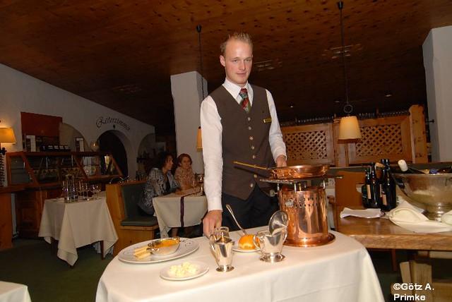 Crêpes Suzette Flambieren Kochen Am Tisch Des Gastes Le Gourmand