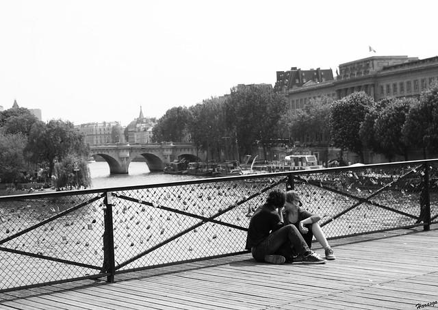 Les amoureux du pont des arts flickr photo sharing - Cadenas amoureux pont paris ...