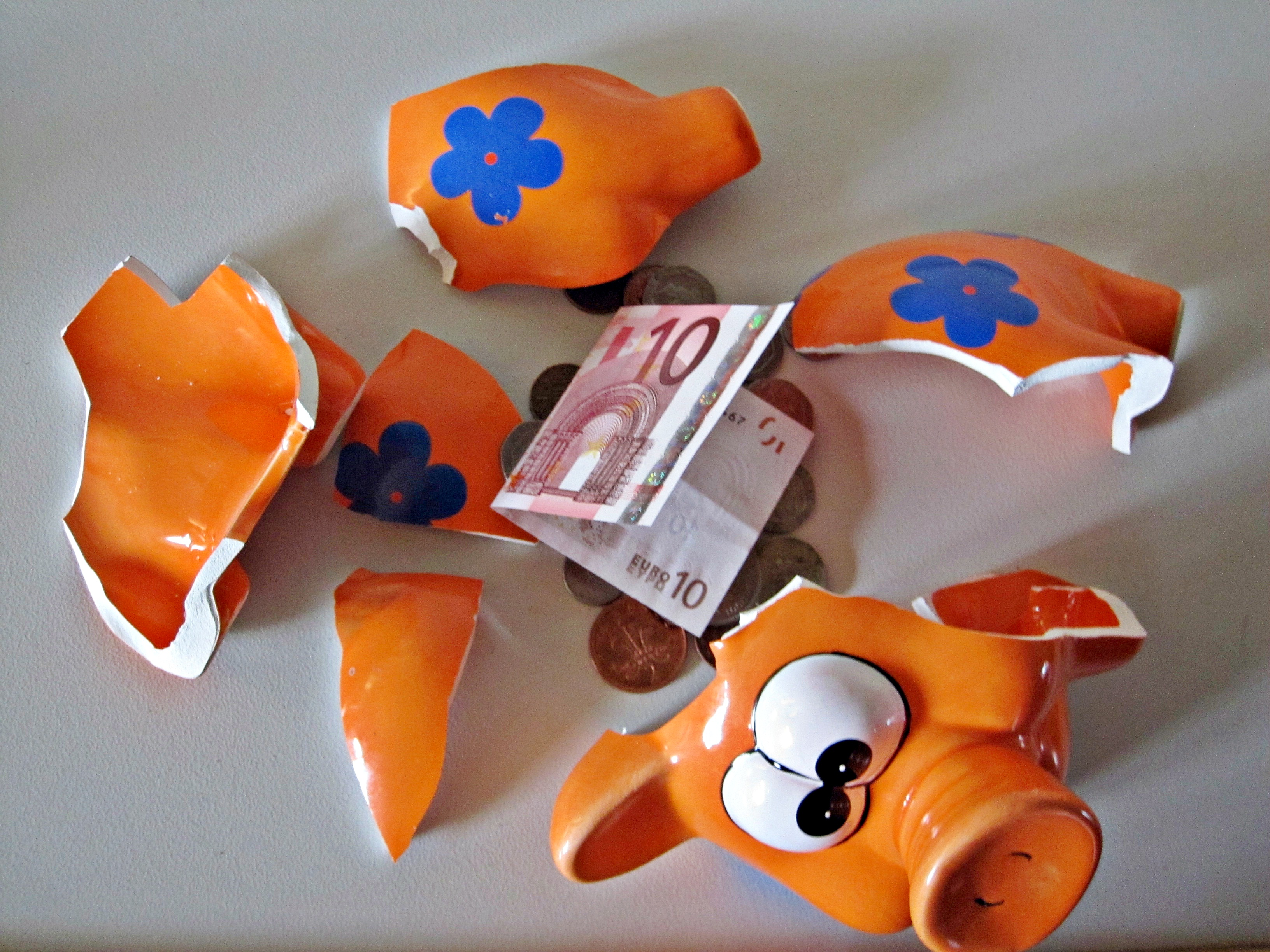 Piggy bank with Euro Note