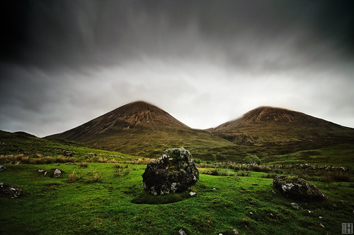 two green grass rain rock scotland highlands couple isleofskye hiking hills uphill gettyimages darksky torrin theredhills thebosomofnature