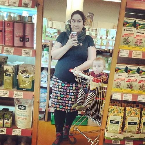 Mit Mädchen und neuem lieblingsrock beim einkaufen. #609060