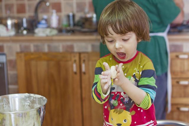Haciendo rosquillas (2 años, 6 meses y 13 días)