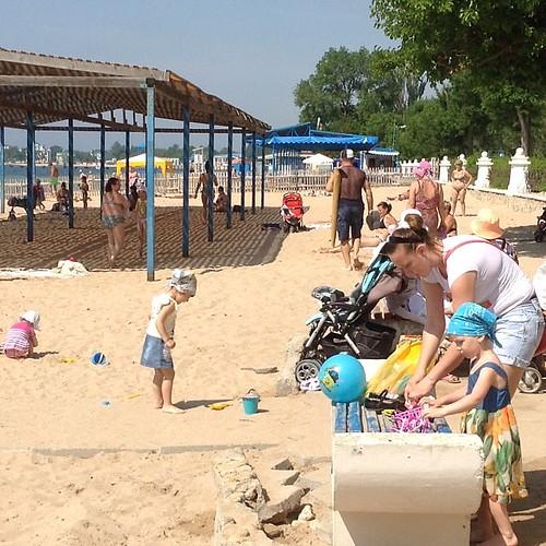 Еще пляж. Народ позавтракал и подтягивается))) #крым  #евпатория