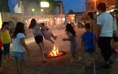 Το κάψιμο των στεφανιών της Πρωτομαγιάς το βράδυ του Αϊ-Γιάννη στη Ψίνθο το 2014