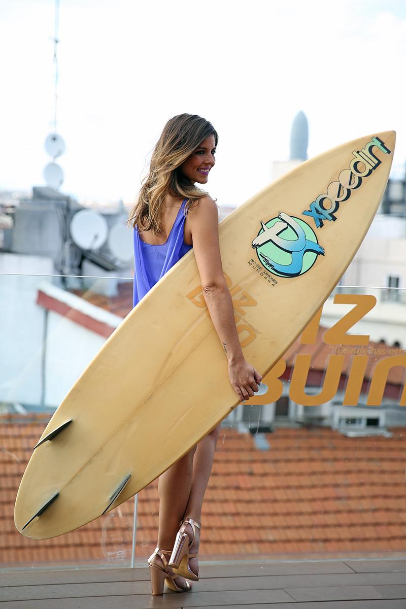 trendy_taste-look-outfit-street_style-ootd-blog-blogger-fashion_spain-moda_españa-piz_buin-purple_top-falda_blanca-top_lila-sandalias_doradas-golden_sandals-sorteo-evento-26