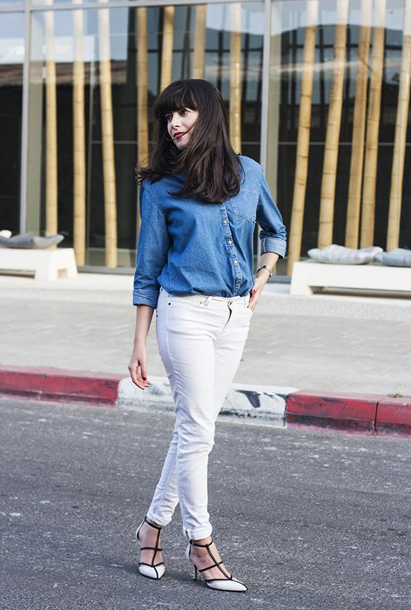michael kors sahar pumps, white jeans, אפונה בלוג אופנה, נעלי מייקל קורס, ג'ינס לבן, חולצת ג'ינס, בלוג אופנה