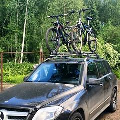 Походная машинка! Теперь можно и далеко ездить. В Звенигород для начала, а там и в Норвегию махнуть можно :)  #машина #мерседес #велосипед #поход #дача #зелень #багажник #крепление #car #Mercedes #bicycle #green