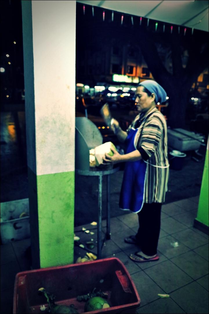 코코넛을 손질하는 아주머니-'코타키나발루 둘러보기 Sightseeing Kota Kinabalu '