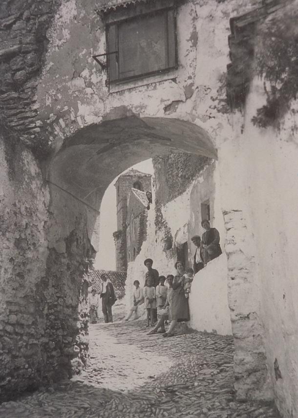 El arco de la Villa, antes de su reforma, era más bajo que el actual. Se aprecia parte de la fachada de laIglesia antes de la remodelación de los años sesenta.