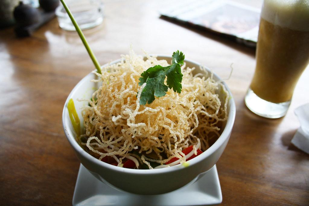 Des crispy noodles dans un bon restaurant à Ubud (Bali)