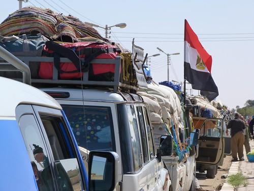 Coches de la Expedición Kamal en fila en El Kharga (Egipto)