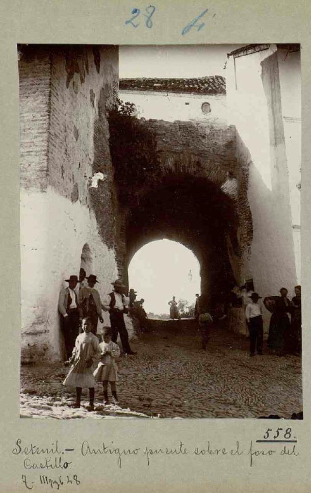 El Callejón, bajo el antiguo puente de acceso a la fortaleza. 1907. Publicada en el Catálogo de los Monumentos Históricos de la Provincia de Cádiz. Foto: ENRIQUE ROMERO DE TORRES