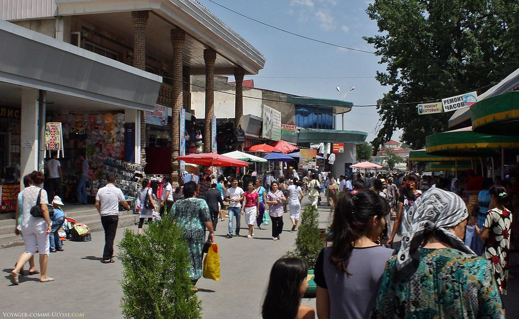 Si vous regardez dans le magasin à gauche, on note que les bisounours sont connus aussi en Ouzbékistan. Juste derrière, une construction moderne qui reprend les codes de l'architecture traditionnelle, avec les piliers caractéristiques.