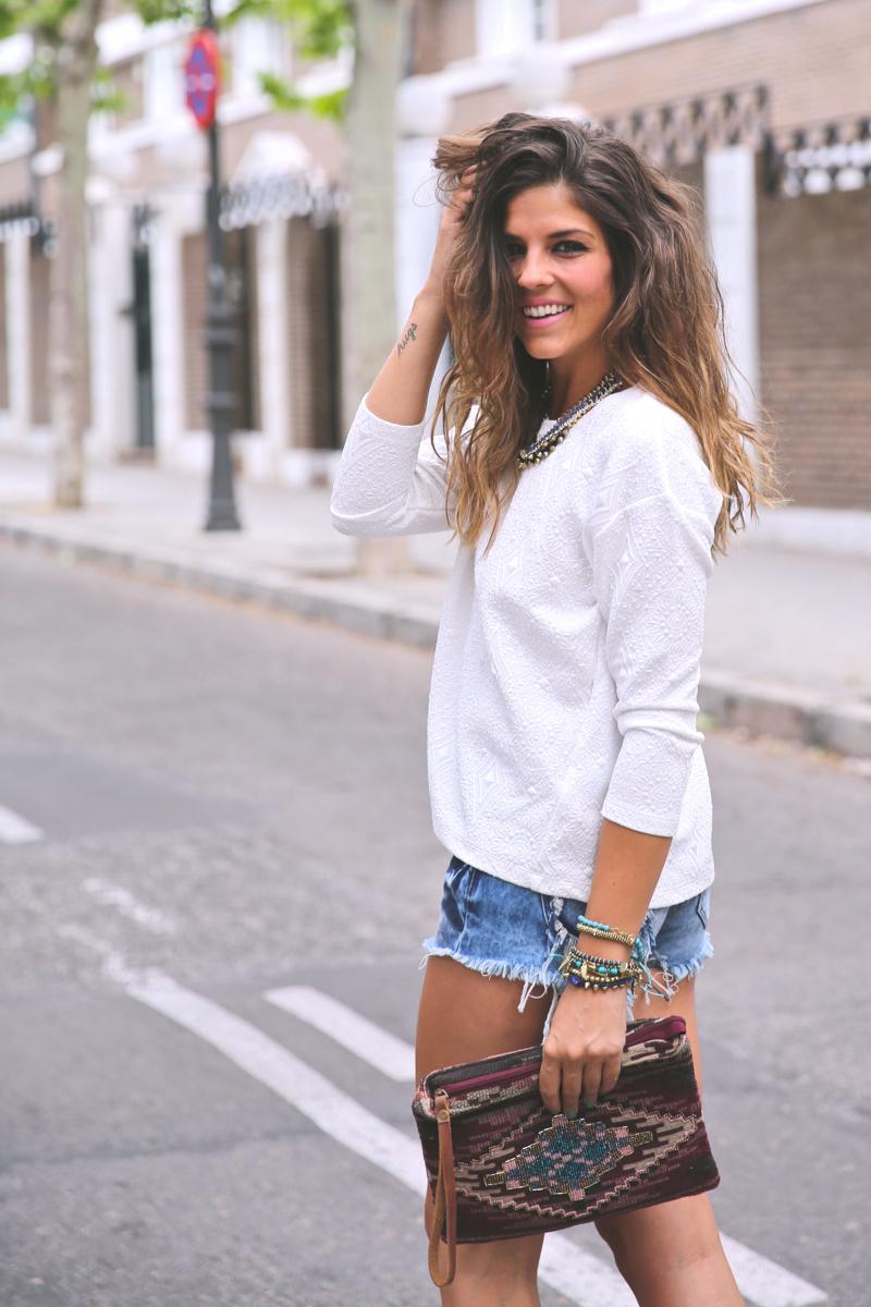 trendy_taste-look-outfit-street_style-ootd-blog-blogger-fashion_spain-moda_españa-denim_shorts-shorts_vaqueros-top_blanco-white_top-sandalias_cordones-ethnic_cluth-clutch_etnico-el_corte_ingles-9