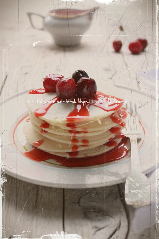 Pancakes (vegan) al latte di mandorle con ciliegie caramellate