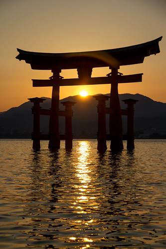 sunset sea sky sun primavera yellow japan canon reflections spring shrine tramonto alone halo fair hiroshima hills clear giallo cielo ripples sole riflessi torii giappone colline onde tempio 厳島