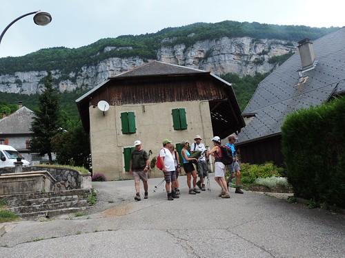 Village et falaise