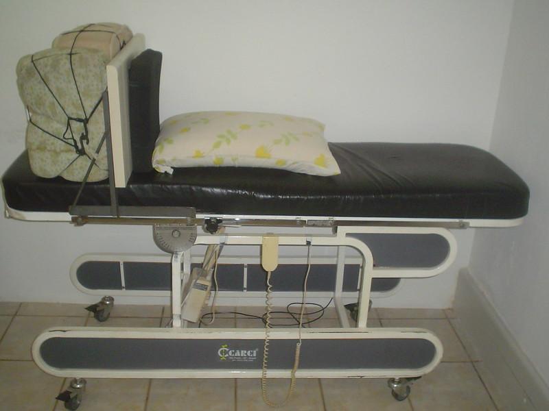 mesa ortostática com banco, já com almofada roho e travesseiro de viscoelástico