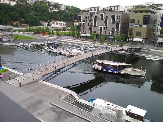 <p>03. Die Docks von Lyon .... hier mit dem Vaporetto einem Pendelschiff in die Innenstadt.</p>