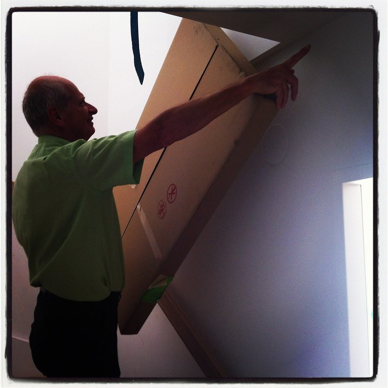 Opa, der Vermessungstechniker schaut ob der Schrank durch/über die Wendeltreppe passen wird ...