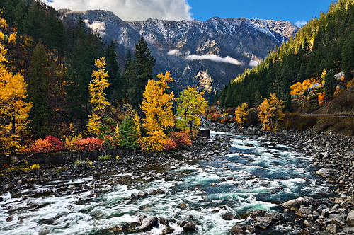 red 2 fall water colors yellow rock clouds river highway bend turquoise sunny canyon wa wenatchee leavenworth tumwater ikonoki