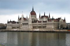 tourism(0.0), chã¢teau(1.0), building(1.0), palace(1.0), landmark(1.0), cityscape(1.0),