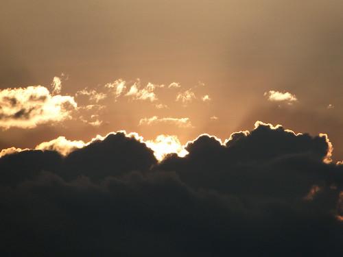 orange sol rural atardecer ventana nubes montañas