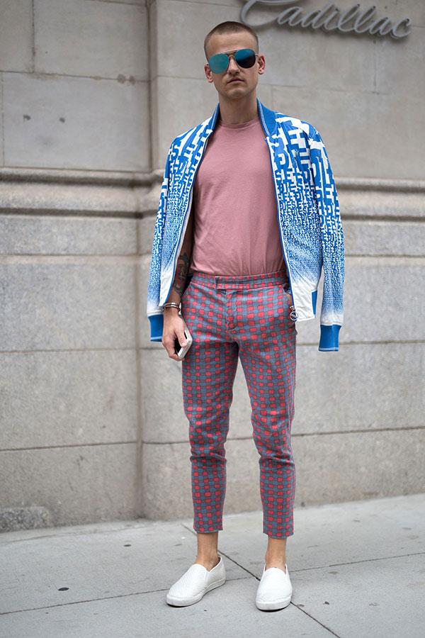 青白幾何学柄ブルゾン×グレイッシュピンクTシャツ×グレー地ピンクドットクロップドパンツ×白スリッポン