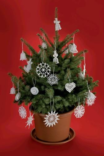 Karácsonyfa horgolt díszekkel